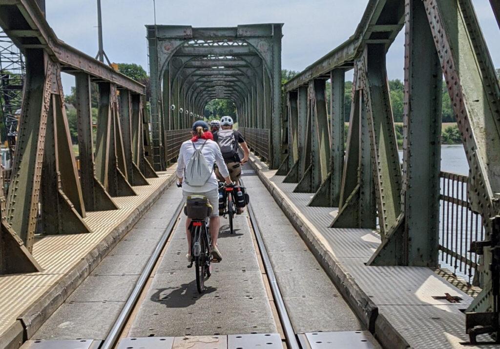 Mehrfachnutzung - Die Lindaunisbrücke ist für Autos, Bahn, Fahrradfahrer und Fußgänger